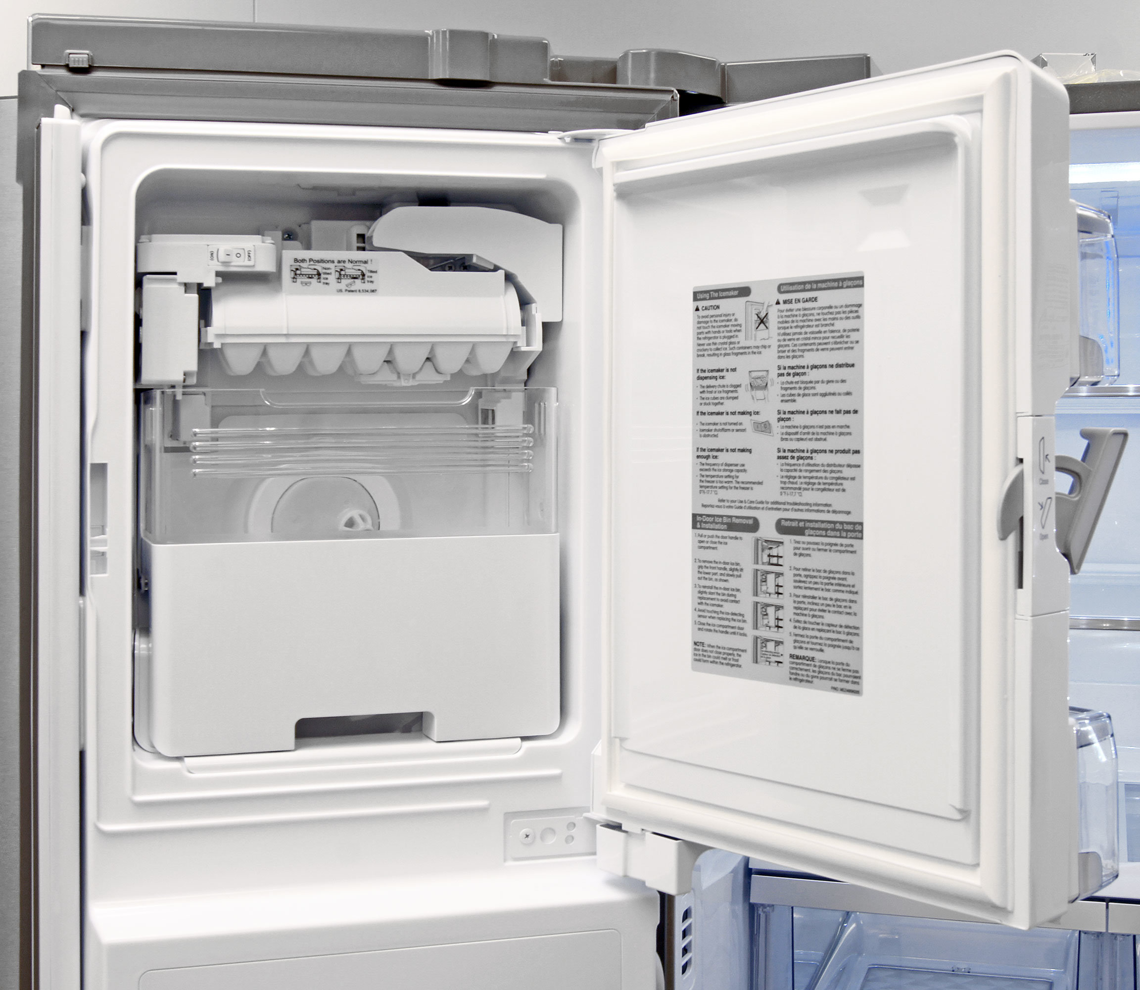 The LG LMXS30776S's built-in icemaker is easy to handle and takes up minimal space.