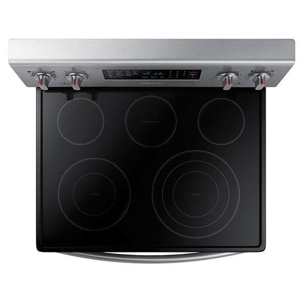 The electric cooktop features a versatile three-ring burner, but no bridge burner.
