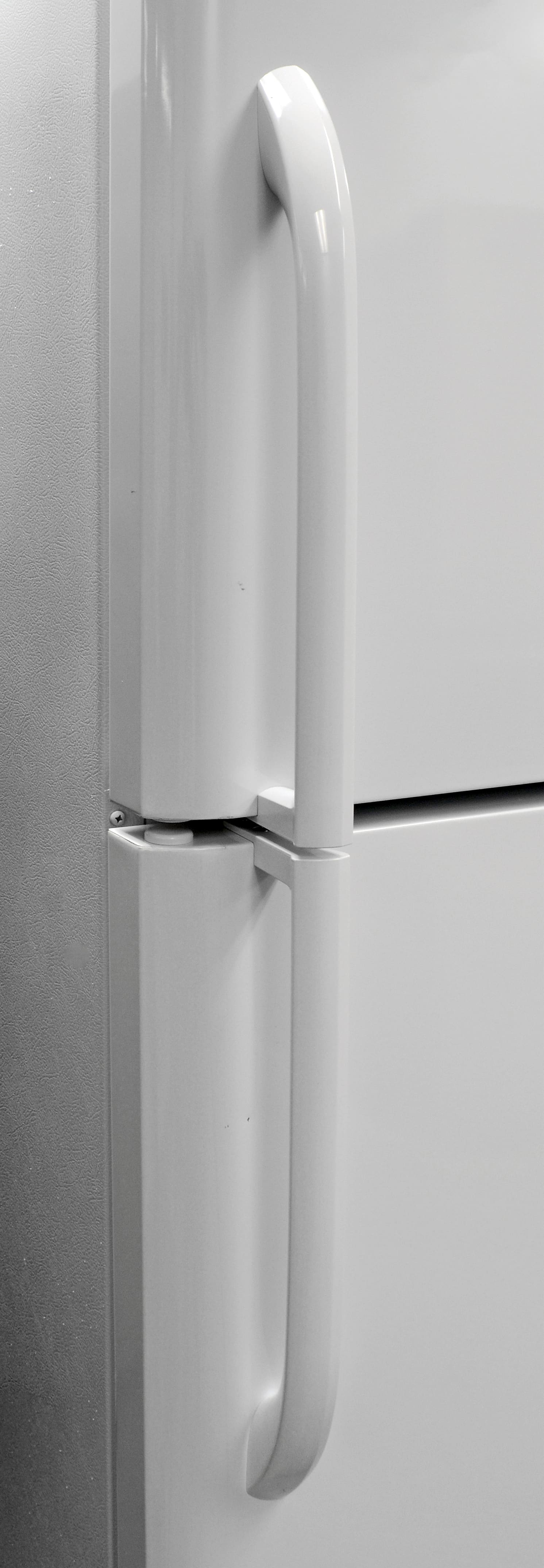The Frigidaire FFHT2131QP's plastic handles are easy to grip.