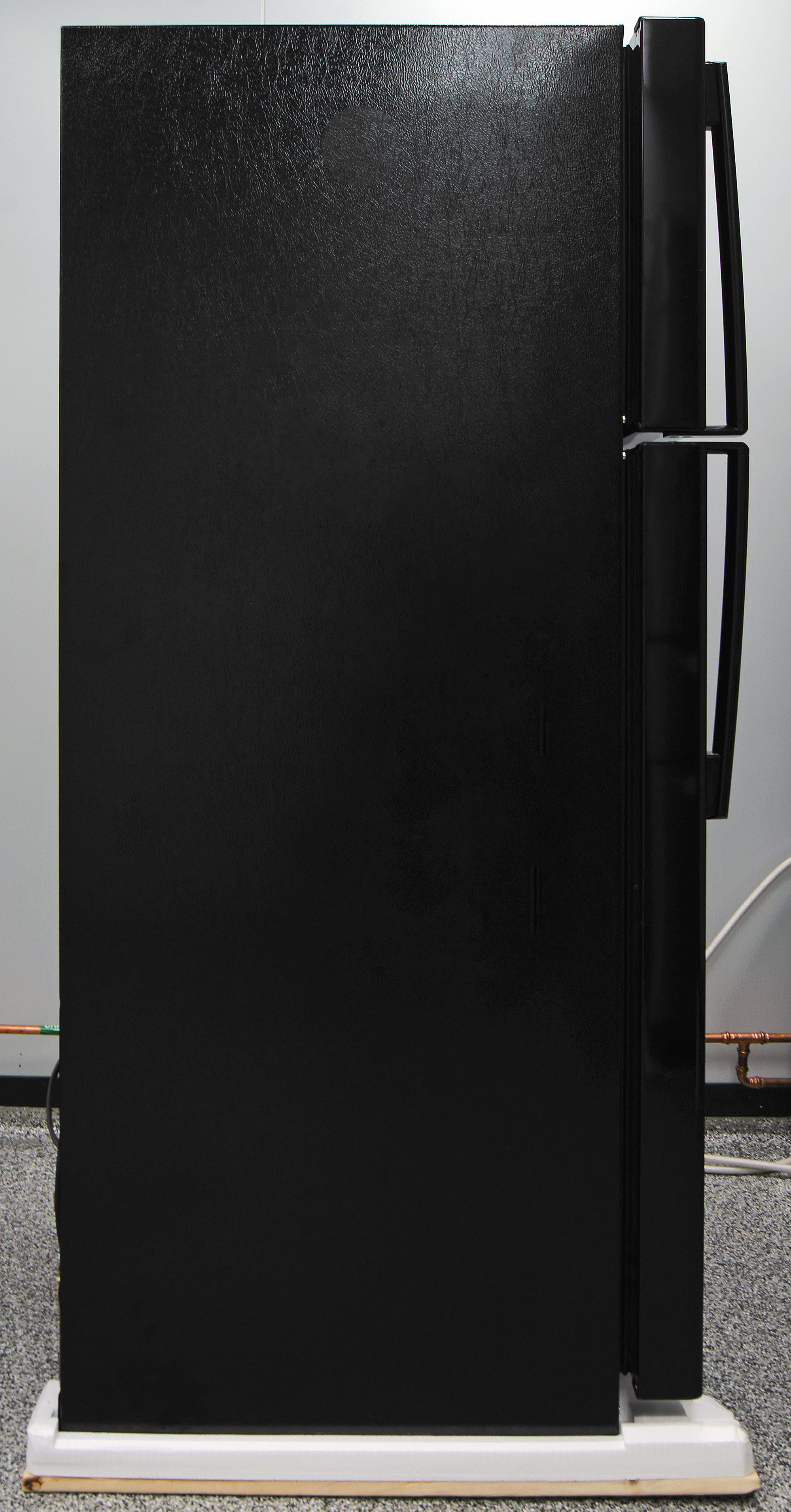 Black matte sides complement the GE GIE16DGHBB's glossy black front.