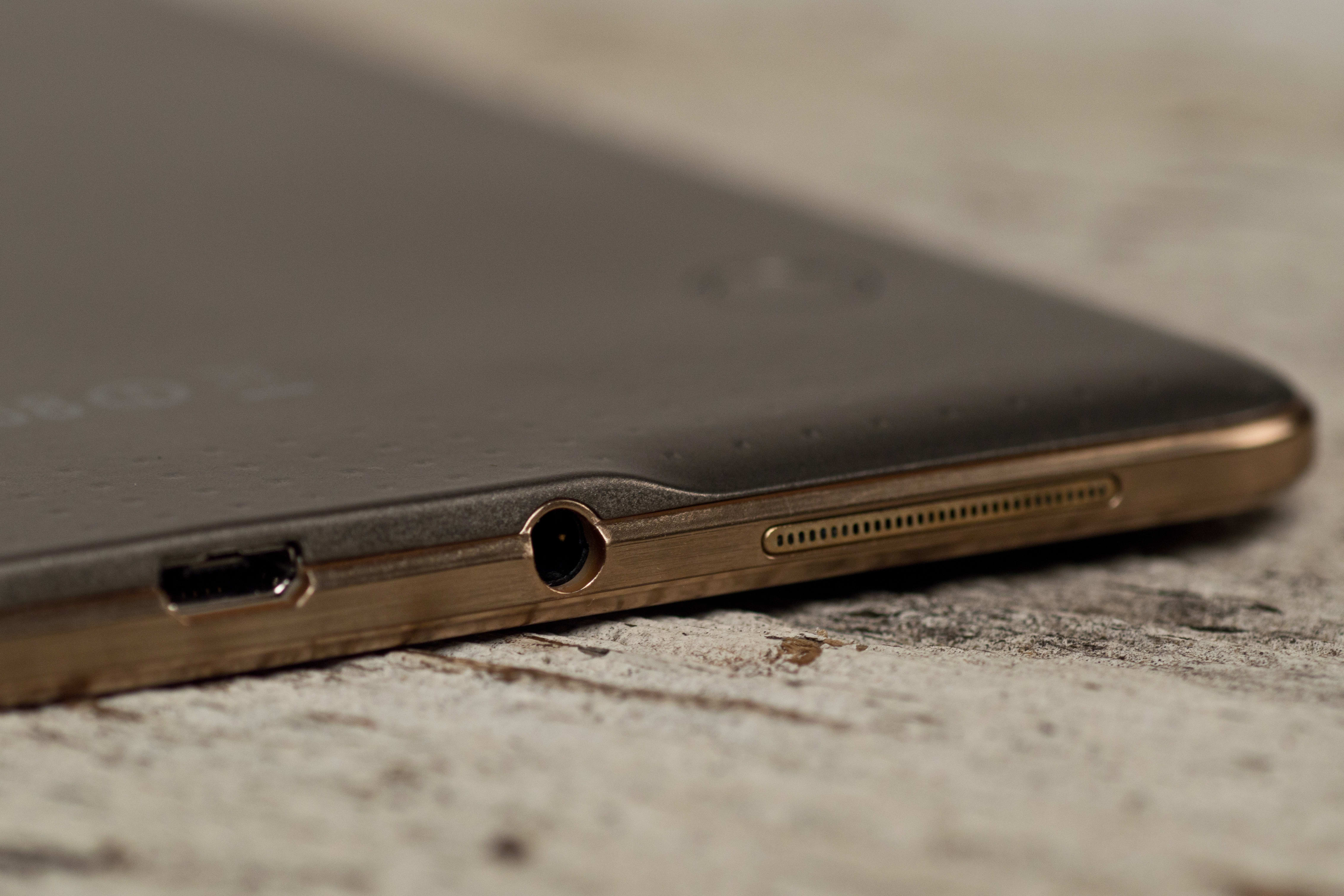 A photograph of the Samsung Galaxy Tab S 8.4's headphone jack.