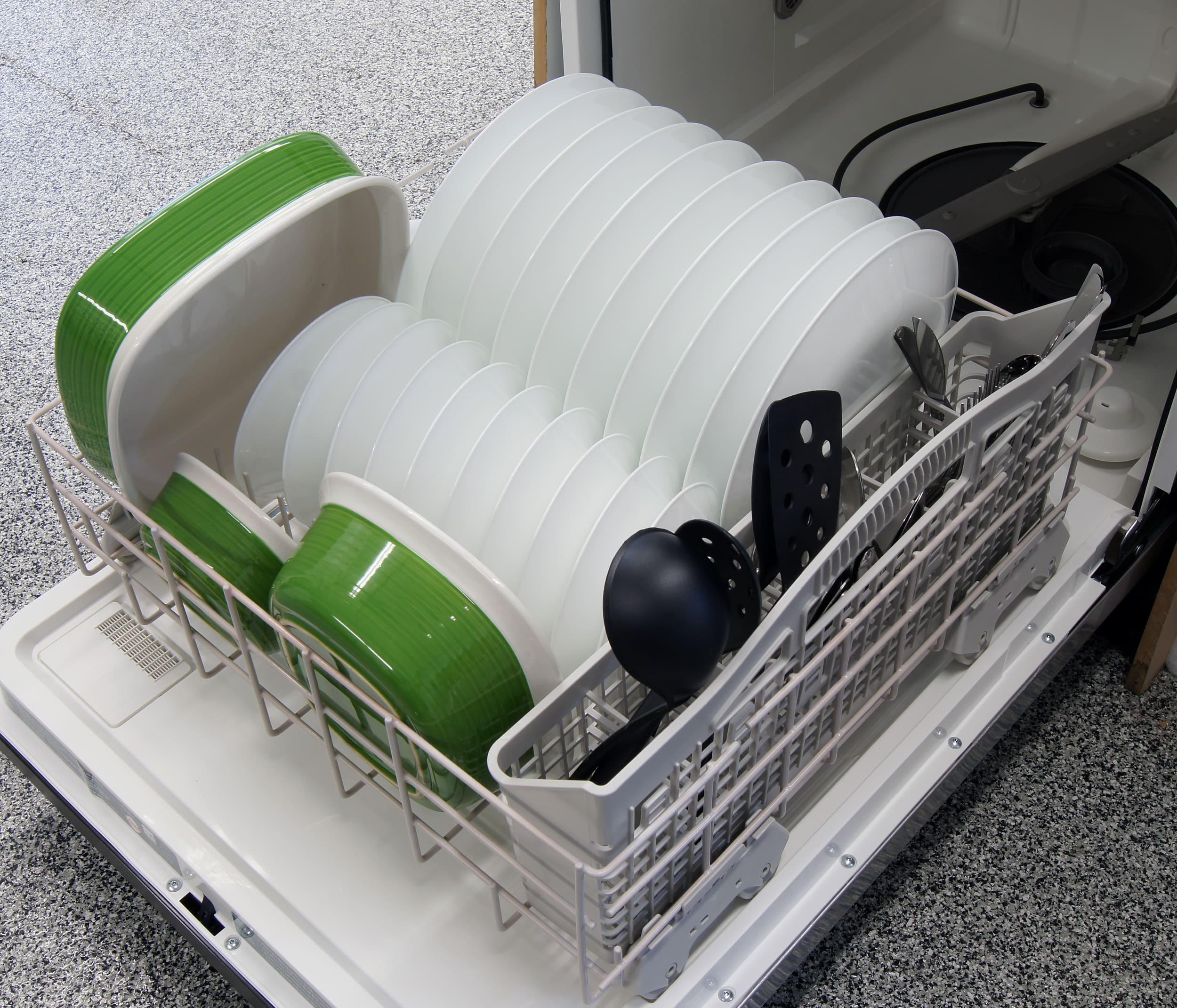 Whirlpool WDF310PAAS bottom rack capacity