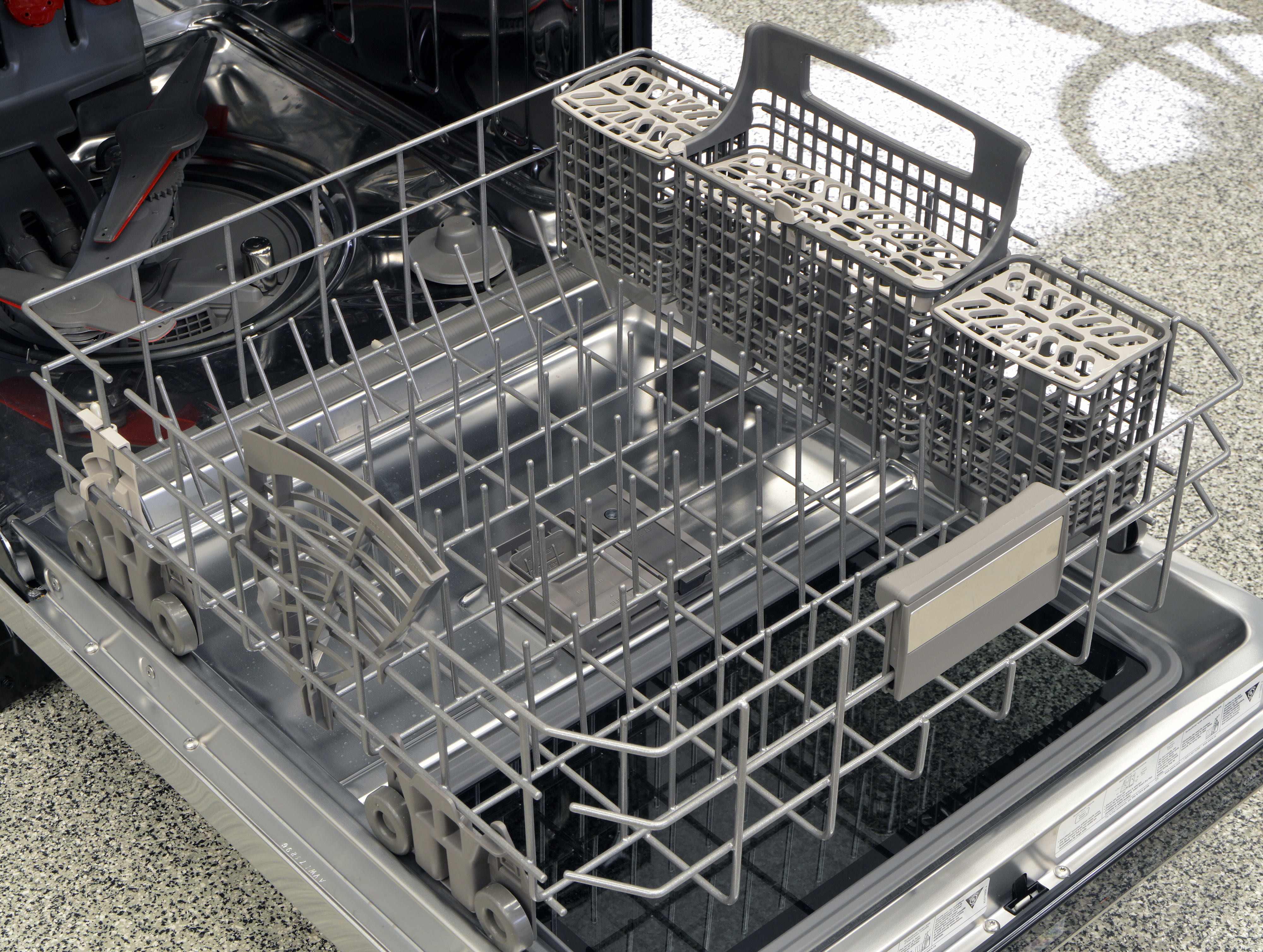 The Kenmore 14823's lower rack