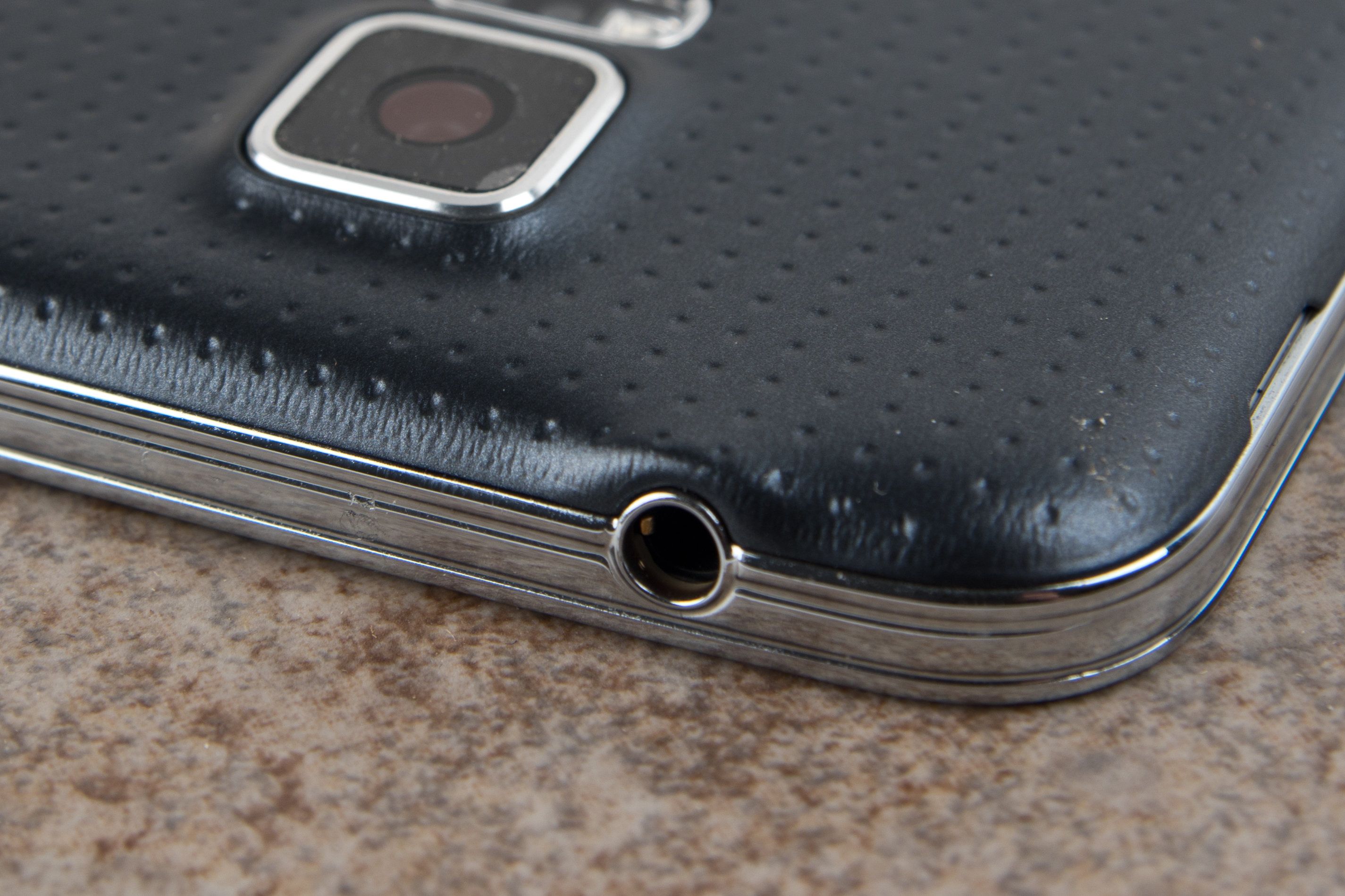 A picture of the Samsung Galaxy S5's headphone jack.