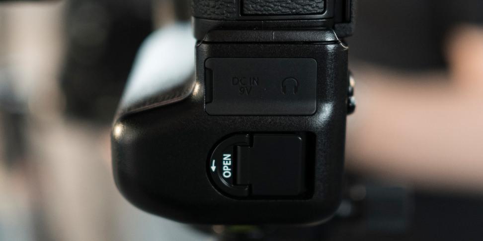 Fujifilm X-T2 grip headphone jack