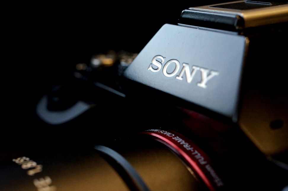 SONY-A7R-REVIEW-DESIGN-LOGO-ANGLE.jpg